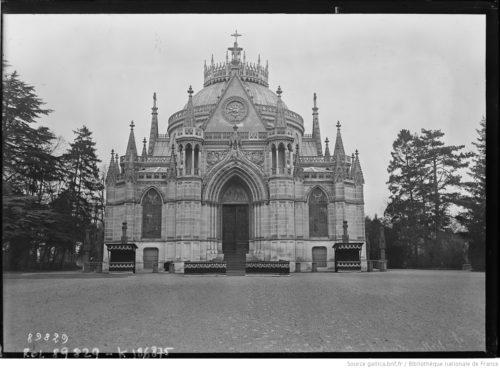 Vue générale de la chapelle de Dreux, sur sa façade principale