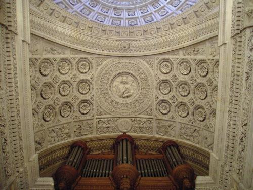 Voûte du plafond devant la tribune de l'orge, avec un bas-relief rond au milieu et un plafond à caissons et rosaces
