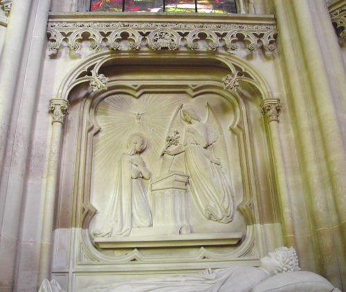 Bas-relief représentant l'Annonciation, au-dessus du gisant de la duchesse douairière d'Orléans